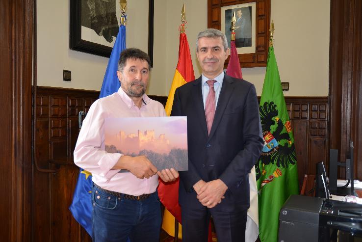 El escalonero Luis Turégano recibe el segundo premio del Concurso de Fotografía Provincial de manos del Presidente de la Diputación