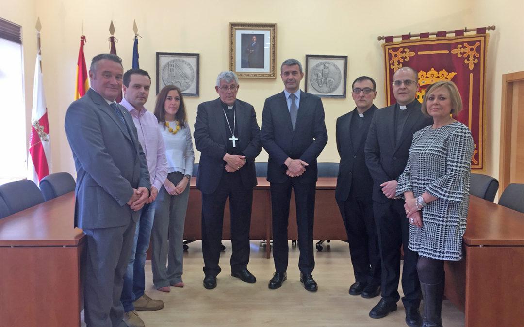 El Arzobispo de Toledo y primado de España ha sido recibido por el Alcalde de Escalona en su visita al Ayuntamiento