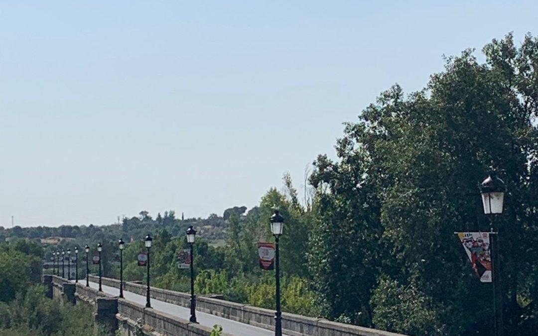 Desde el próximo lunes, el Ministerio de Transportes instalará unos semáforos provisionales en el puente viejo para probar su utilidad para regular el tráfico con seguridad para los peatones.